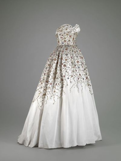 quirkscatscaffeine:  omgthatdress:  Ballgown Pierre Balmain, 1953 The Indianapolis Museum of Art  drool