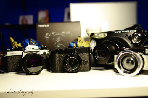 Just got my new toy Fujifilm x10, the baby brother of Fujifilm x100! Love the design, look so retro & vintage, which i LOVE IT SO MUCH!  Charging the battery now, can't wait to shoot some new photos using my new toy! Will try to post the pix up asap!