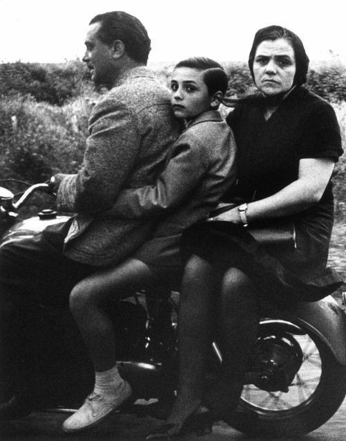 William Klein - Sainte famille à moto, Rome 1956