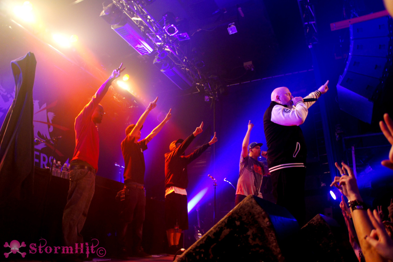 stormhitnoflash:  Paris (awesome) show photos are here : http://www.flickr.com/photos/62208503@N02/sets/72157628007884485/