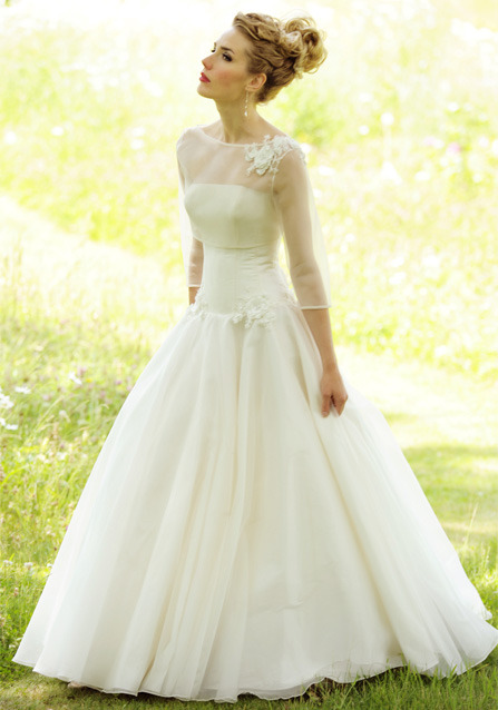 This dress is so elegant and classy, it would be lovely for an autumn or winter wedding, when the weather is a bit cold. (via http://lynashworth.co.uk/bridal-collection-Veronica-wedding-dress.html)