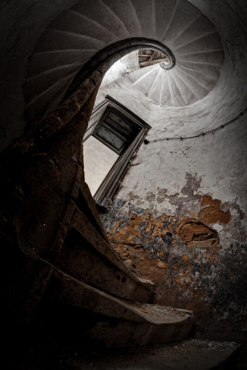 ominousplaces:  Spiral. By bRokEnCHar.