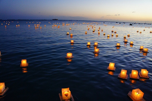 black-wolves:  Lantern Floating Hawaii (by Robert Kick)