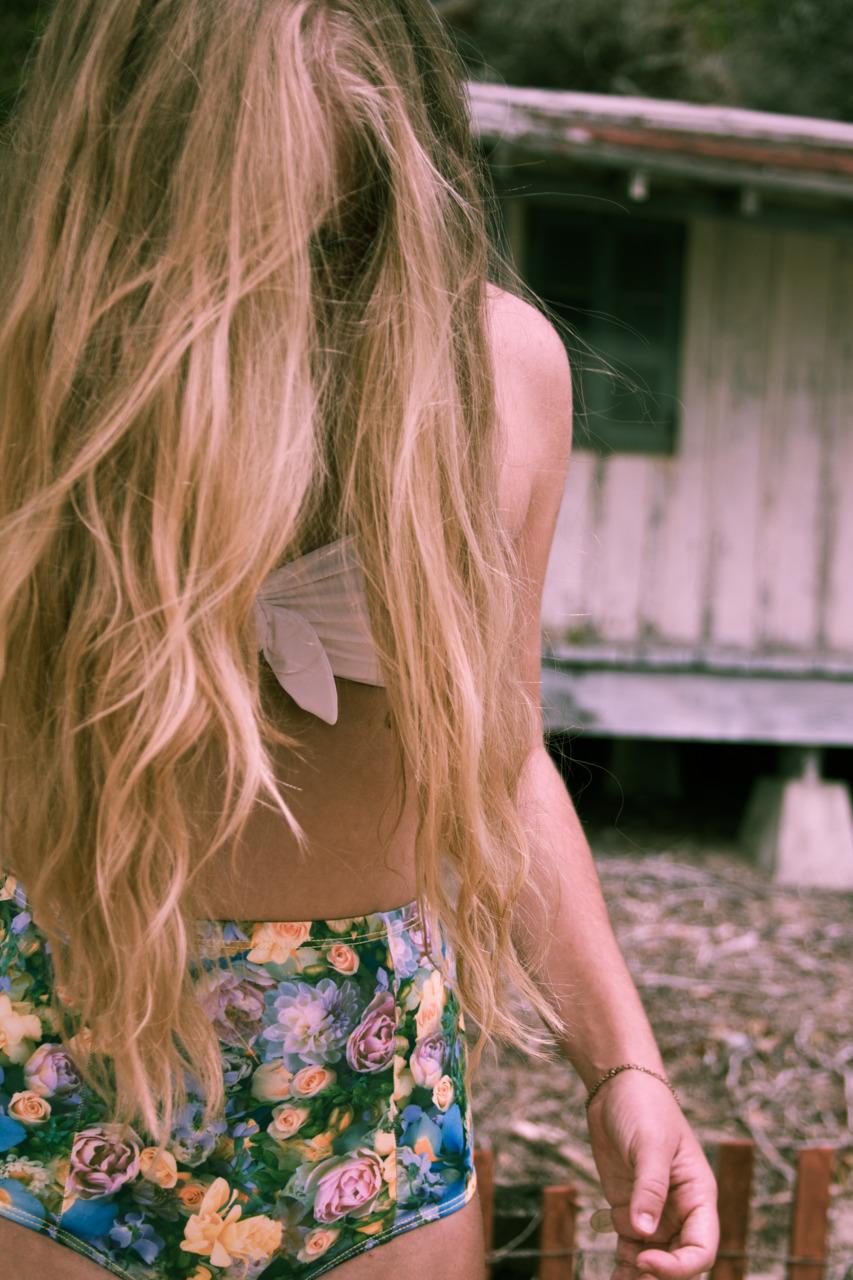 Фото на аву для девочек с спины