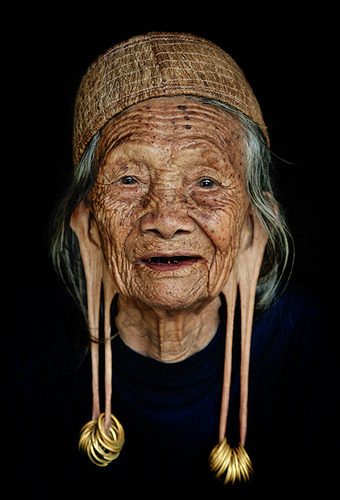 Old woman from Dayak Kenyah tribe, East Kalimantan, Indonesia. Women with long earlobes in Dayak Kenyah tribe are considered noble and respectable, while nowadays the tradition is no longer common among the tribeswomen. (by flick266)