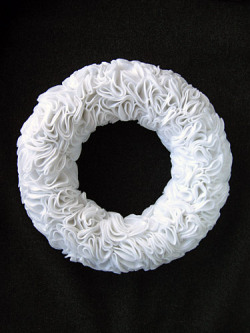 Ruffly felt rosette wreath (via How to Make a Ruffly Felt Rosette Wreath)