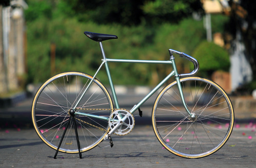 fixedgearfeed:  Keirin Style NJS Track bike by taciturn via Velospace