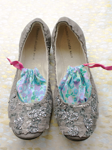 "DIY Shoe Sachets or Goodbye to Stinky Shoes. Love this tutorial because I've given those really strong horrible smelling plastic ball shaped ""sneaker fresheners"" as stocking stuffers. These are a good alternative and use cheap baking soda and specific essential oils found everywhere. Tutorial at Small Good Things here: Part I (making simple fabric pouch) Part II (making stuff to go inside)."