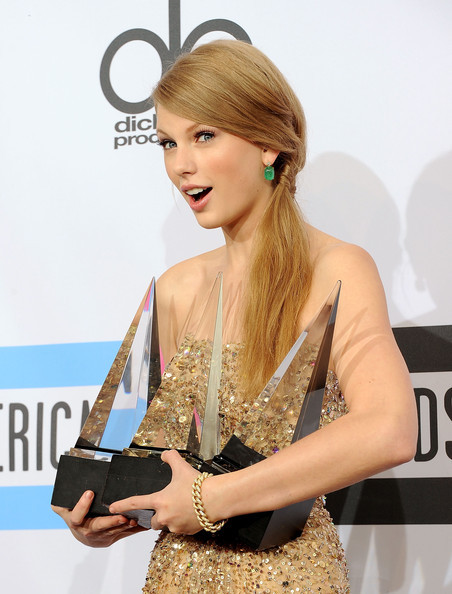 Taylor Swift picked up three awards last night including the top award for Artist of the Year at the 2011 American Music Awards. As always looking good!