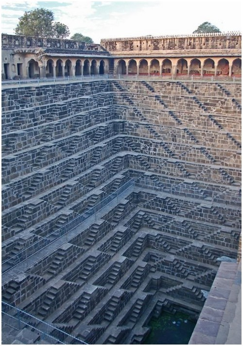 cinemanu:  gummed: deepest step well in the world  Chand Baori - India  È un livello di Q*Bert