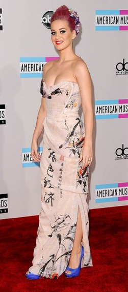 Katy Perry wore a Vivienne Westwood Couture dress to the American Music Awards. She looks stunning!