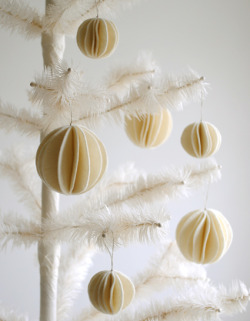 (via Felt Snow Ball Ornaments - the purl bee)