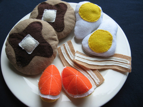 dunnwithlove:  Felt food breakfast set by deadbeth on Flickr.