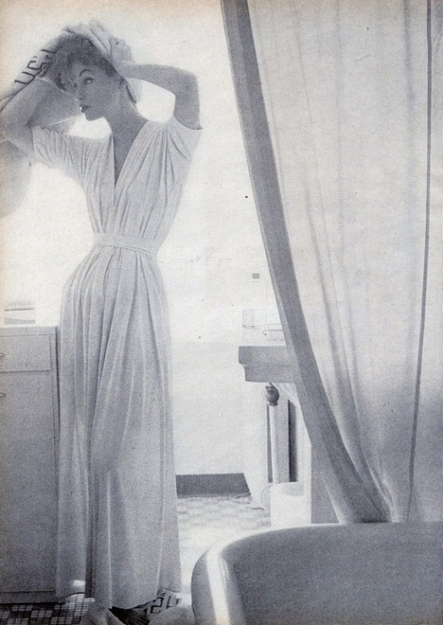 theniftyfifties:  1950s robe fashion.