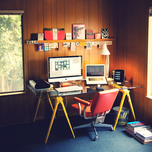 applearts:  (via Fancy - DIY Sawhorse Desk)