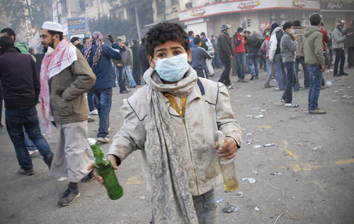 fotojournalismus:  Cairo, Egypt. An Egyptian boy holds two Molotov cocktails during clashes. [Credit : Mohammed Abu Zaid/AP]