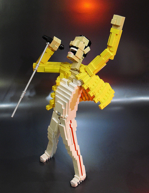 zuppadivetro:  mattsbrickgallery:  A Lego Freddie Mercury submission from fredisdesign: WEEEEEE AARE THE CHAMPIONS MY FRIENDS……  .