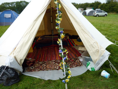 ugh, i wanna go camping >.< this looks so cosy