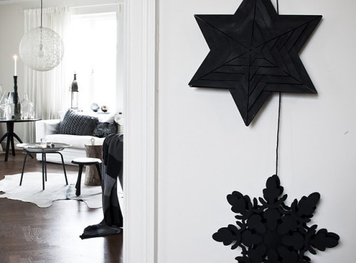 DIY: black christmas decorations (via Daniella Witte)