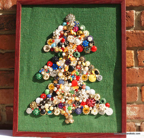 (via Costume Jewelry, Christmas, Wall Art, Upcycling, DIY, Craft, Holiday Project, Tutorial)