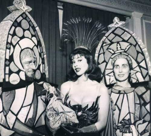 Tina Louise with art students 1957