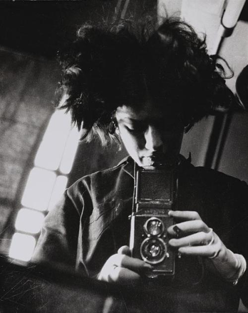 Eva Besnyö, Self-portrait with camera, 1931