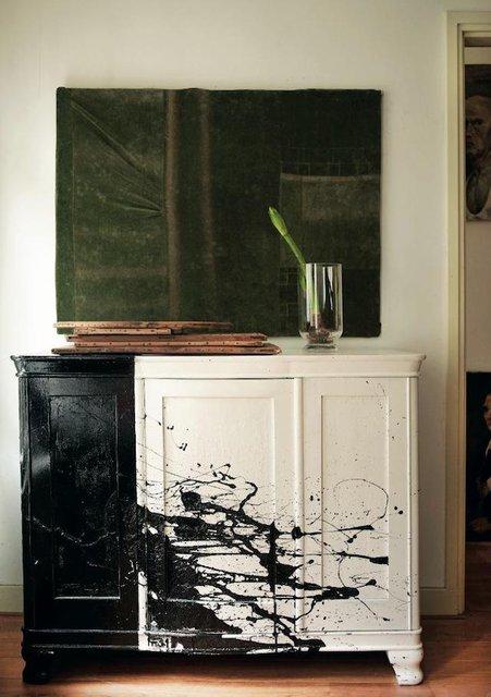 A esto lo llamo customizar!, la armonía de los colores es perfecta, el verde sutil de la flor con el cuadro de fondo, los trozos de madera sobre el aparador y el suelo, y el aparador en blanco y negro, que combinan con la pared. micasaessucasa:  Paint-Spattered Cabinet by Leslie Oschmann