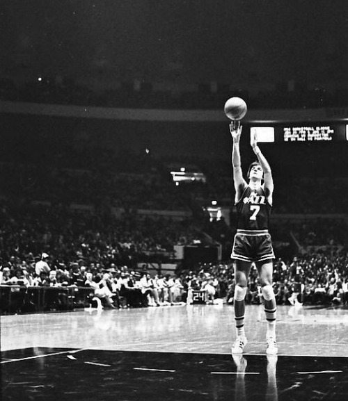 UNKNOWN DATE, 1977 / JAZZ @ KNICKS. Maravich launches a free throw in the world's most famous during his scoring title season.