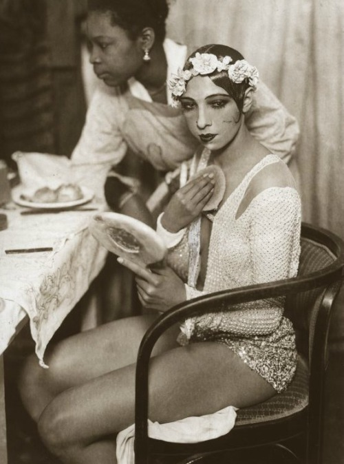 lascasartoris:  Josephine Baker in the dressing room of the Johann Strauss Theatre in Vienna. 1928.