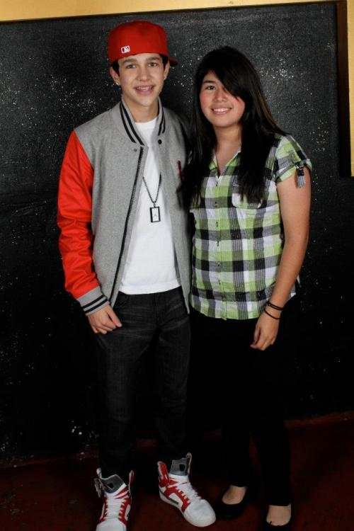 Austin Mahone with a fan at his Meet and Greet