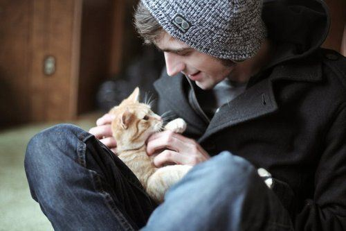 oizaqueensday:  guys with pets. my weakness.
