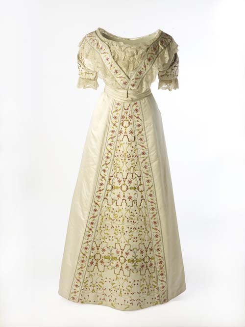 Evening or court dress, 1911 India, Museum of London This was worn by an Englishwoman living in India to a ceremony celebrating the coronation of King George V in June, 1911.
