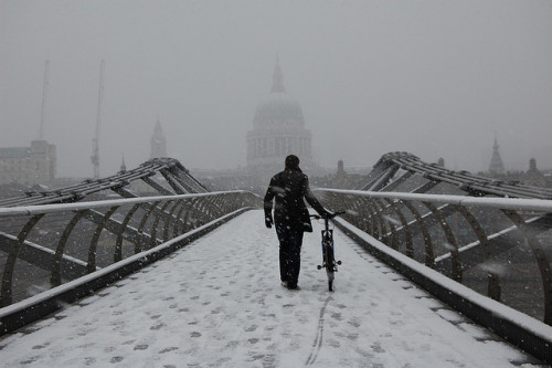totallyunmasked:  Crossing theMillennium Bridge in the snow by Eleanor Marriott on Flickr.