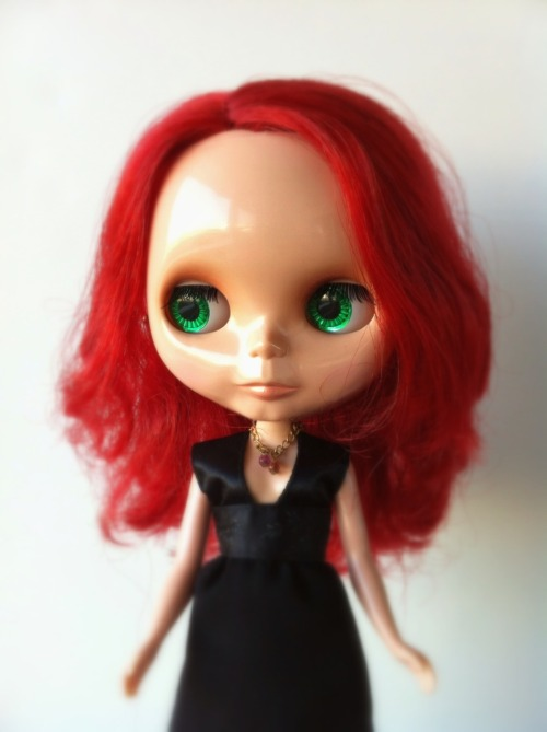 missblythe-dolls:  Blythe Rouge Noir (EBL) Used and with some changes: Eyelashes are not the original, right eye makeup has a tiny scratch, eyechips are foiled, head is opened on the back (scalp line) and not glued. Hair need conditioning. All clothes, acessories and original box included. (Ref C14)  €185 $265