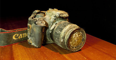 vie-en-vie:  Lost at the bottom of the sea for over a year, this Canon EOS 1000D was recovered by Markus Thompson while he was scuba diving.  Impressively, he was able to recover 50 photos from the SD card inside!  Through social networking, he tracked down the owner and returned the camera.  What a tough camera & SD card!