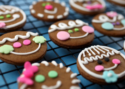 gastrogirl:  adorable gingerbread head cookies.