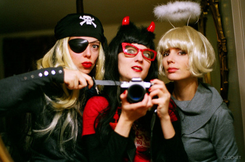 Halloween Party Girlz by L. Soket on Flickr.Via Flickr: Parcourir 6000km pour se retrouver le soir d'Halloween devant la maison de Stenphen king dans un accoutrement improbable … ça, c'est fait. 6000 km to find ourselves dressed up in front of Stephen king's house on Halloween night … Done.