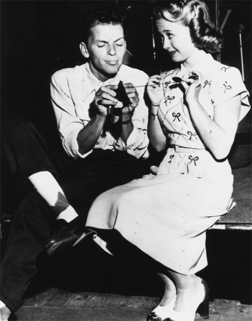 "iloveretro:  Jane Powell teaching Frank Sinatra how to knit, during a break in recording ""Songs by Sinatra"" (1947)"