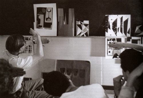 cavetocanvas:  Josef Albers teaching a color course at Black Mountain College, 1948