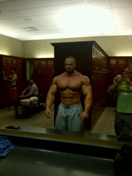 #who ? #bodybuilder ? or, an American Pro #Football Player ?  #gym  #lockerroom  ||  #HunkFinder  ||   getthebeef:  Nice. ** Help better $erve the Beef Industry by identifying this Slab xx gtb
