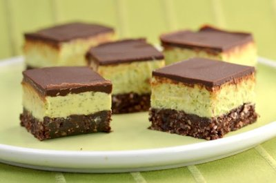 gastrogirl:  raw, vegan, and gluten-free mint chocolate nanaimo bars.