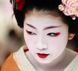face / portrait / people / girl / red lips / orange : maiko (geisha apprentice) kyoto, japan / canon 7d 舞妓 尚可寿さん  by momoyama on Flickr.