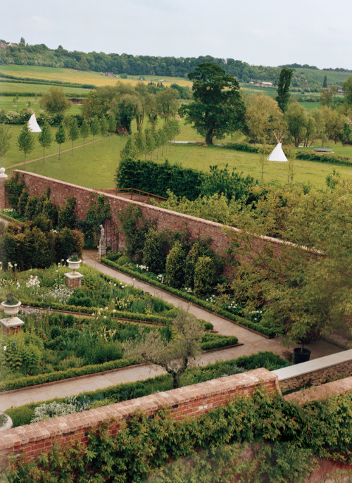 Stella McCartney's English Garden (via anindoortree)