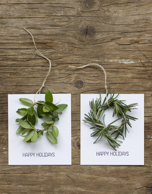 How adorable are these mini wreath holiday cards?