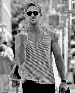 prettying:  m-ahlae:  natral:  electric-wish:  Ryan Gosling clearly isn't a fan of the paparazzi  obsessed with this man  oh yes, sameee  omfg I love him so fuckin much ❤