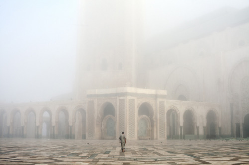 © John Francis Peters, 2011, A worshipper on his way to the Hassan II mosque in Casablanca / Morocco Morocco is a landscape at the precipice. At the far western edge of the Muslim world, it is both a world unto itself and a historic doorway between Europe, the Middle East and Africa. These varied influences have woven themselves into a unique cultural fabric, marked with sharp contrasts. Today, Western cultural trends, international investment projects and sprawling urban development jostle together with the country's Muslim and ancient Berber cultures. To this is added the pressing undertone of Morocco's ambivalent position within the developing Arab Spring.