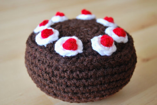 Crocheted Portal Cake so darn cute <3