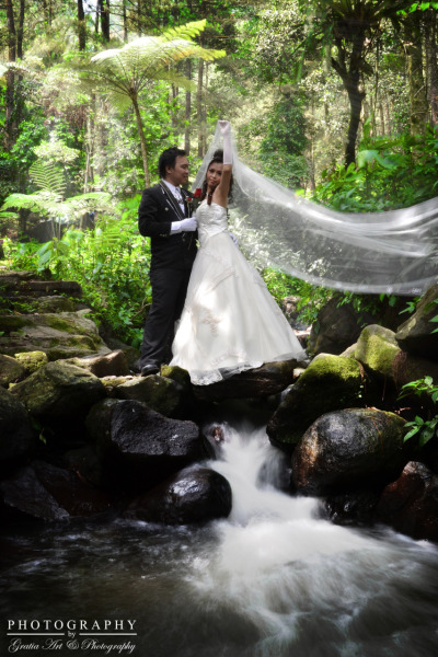in this pre-wedding photo, accidentally get water in low shutter speeds, in order to turn the background of this picture point of interset