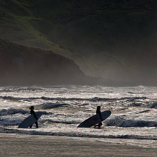Surfing girls (by Ian@NZFlickr)