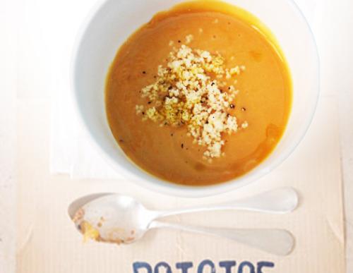 """Soupe de lentilles corail à la semoule.  Recette pour 4 personnes. - 4 bonnes poignées de lentilles corail (Naturalia) - 1 cube de bouillon de légumes bio (les non-bio sont """"bourrés"""" d'exhausteurs de goûts!) - 100 gr de semoule - une pincée de curry (facultatif) - huile d'olive - sel, poivre   - Rincer les lentilles corail et faire cuire dans 2 fois son volume d'eau avec le cube. - Pendant ce temps préparer la semoule (comme indiqué sur le paquet). Ne pas hésiter à égrener à la main afin d'obtenir une semoule """"sans paquet"""". - Mixer les lentilles. Saler, poivrer + la pincée de curry. - Ajouter une bonne cuill. à s. de semoule. - Arroser d'un filet d'huile d'olive.  L'avantage de la lentille corail par rapport à la lentille verte ou blonde c'est qu'elle cuit rapidement et se transforme très vite en bouillie. Les enfants l'adorent parce qu'elle est débarrassée de cette petite pellicule qui gratte au palais.  ©gelato al limon"""